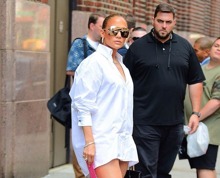 Jennifer Lopez Wears A Very Interesting Jeans (4 pics)