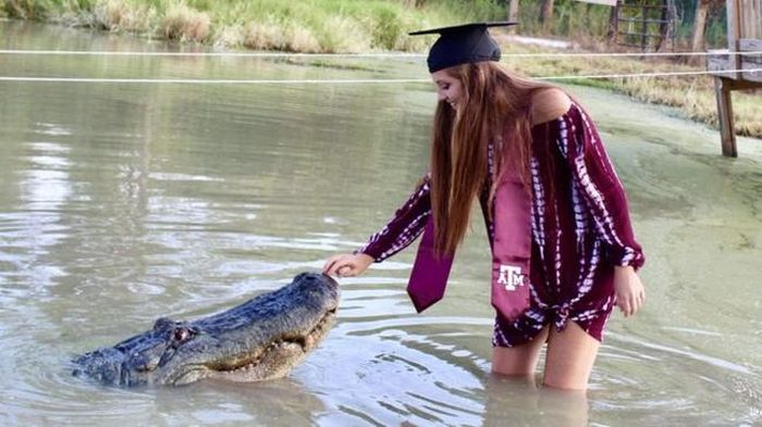 A student From The USA And An Alligator (3 pics)