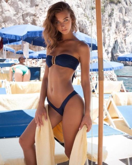 Hot Girls In Bikinis (24 pics)