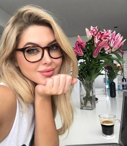 Beautiful Girls In Glasses (26 pics)