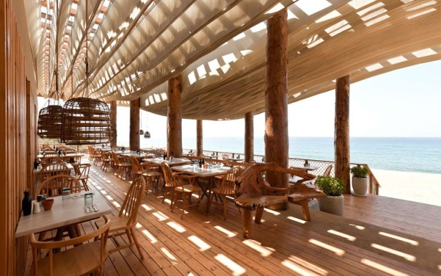 Check Out What Happens When The Wind Hits The Ceiling Of This Beach Bar (6 pics)