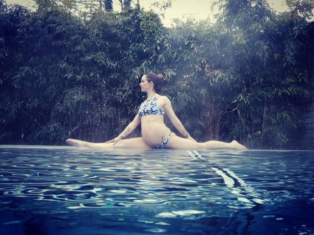 Pregnant Pole Dancer (10 pics)