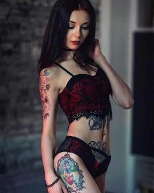 Very Hot Girls Wit Tattoos (25 pics)