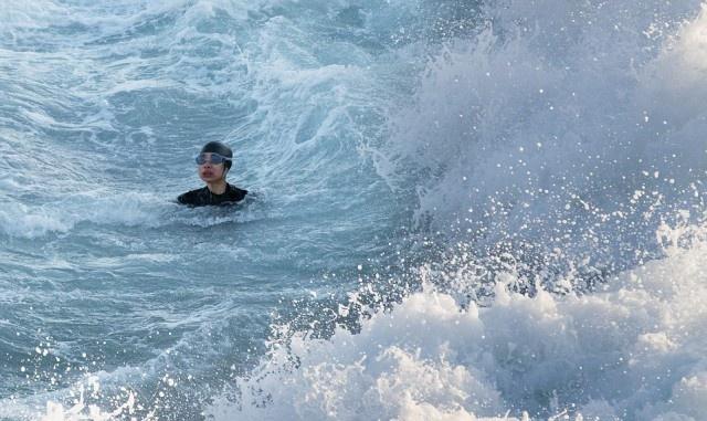 Saving a Drowning Person (9 pics)