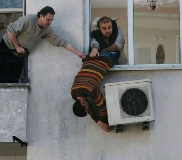 Stupid And Dangerous Situations  (22 pics)