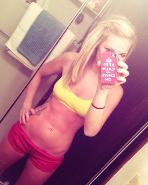 Hot Girls in Sports Bras (32 pics)