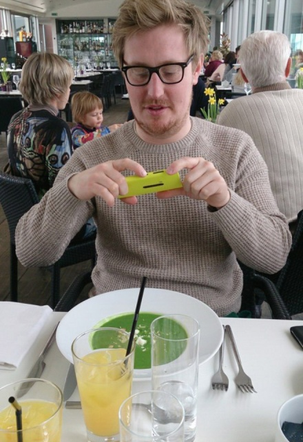 Photos of Hipsters Taking Photos of Food (21 pics)
