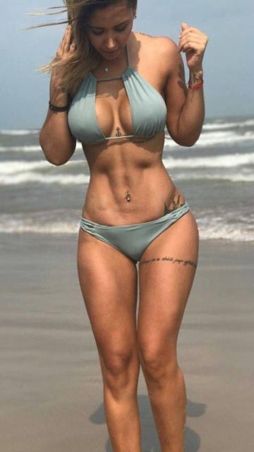 Girls In Bikinis (39 pics)