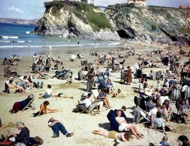 """Time traveller"" Using Mobile Phone In 1940s Cornwall Beach Photo (3 pics)"