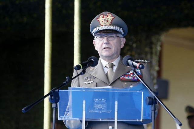 Italian Chief of Defence Staff Handshakes A Dummy (2 pics)