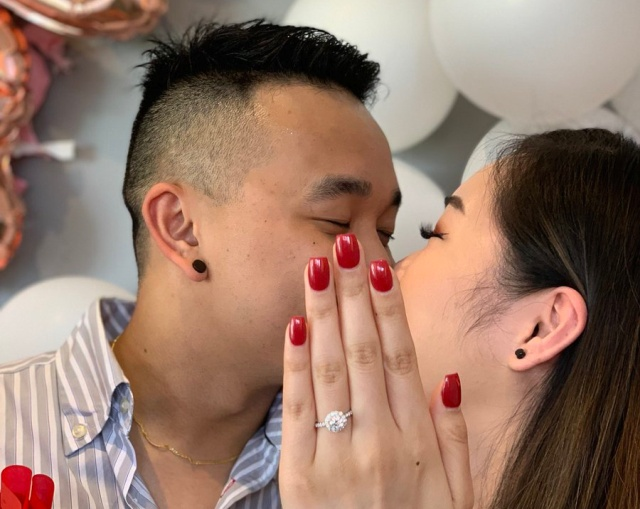 A Guy Proposed To His Girlfriend But She Didn't Have Her Nails Done (2 pics)