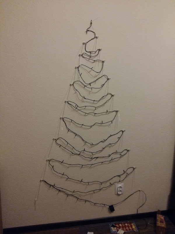 Christmas Tree On The Wall (9 pics)