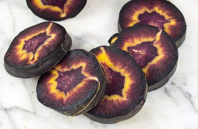 This Carrot Is Called Turkish Black (3 pics)