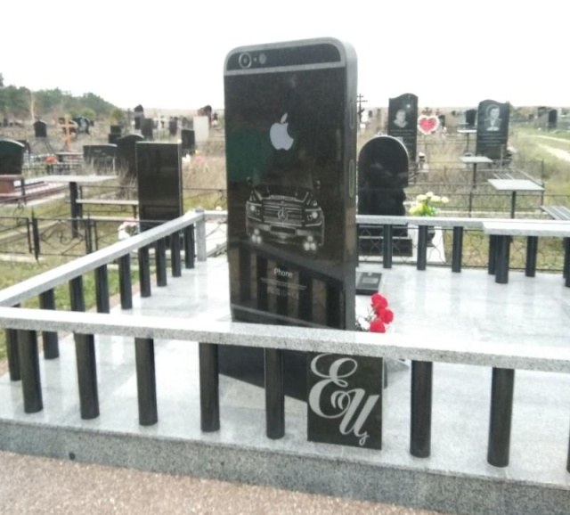 iPhone Tombstone In Russia (2 pics)