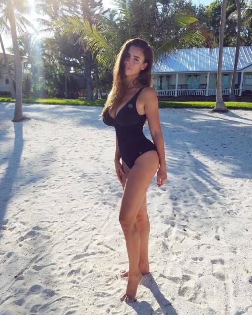Very Hot Girls In Bikinis (48 pics)