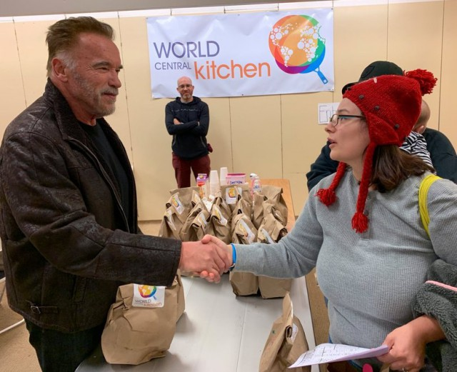 Arnold Schwarzenegger Helping California Wildfire Victims (11 pics)