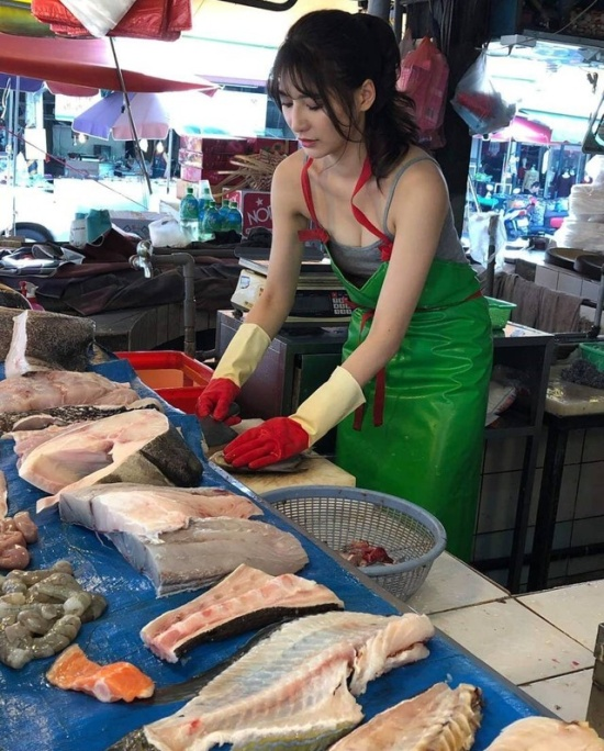 Taiwanese Model Goes Viral After Helping Struggling Mother Sell Fish (12 pics)