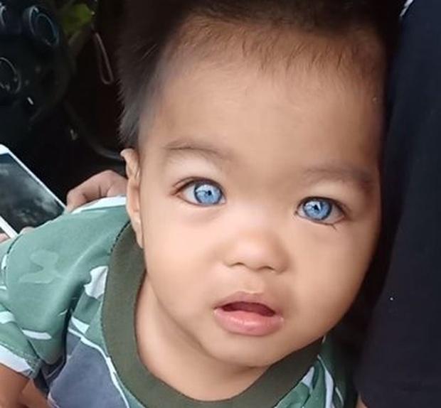 Adorable, Blue-eyed Thai Baby (5 pics)