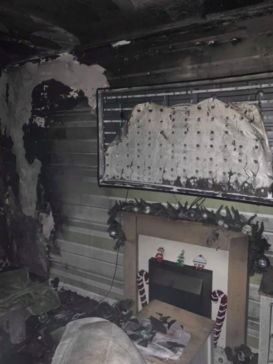 Christmas Tree Fire Destroys House As Young Family Sleeps (6 pics)