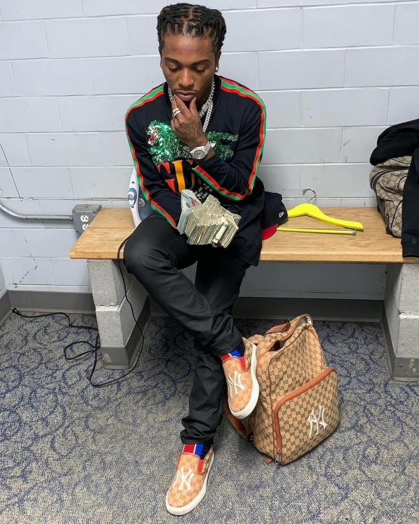 Rapper  Jacquees Gives Two bags Stuffed With $100,000 As Wedding Gift To His Mother (3 pics)