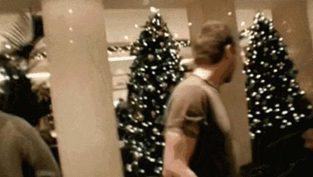 Christmas Tree Fails (15 gifs)