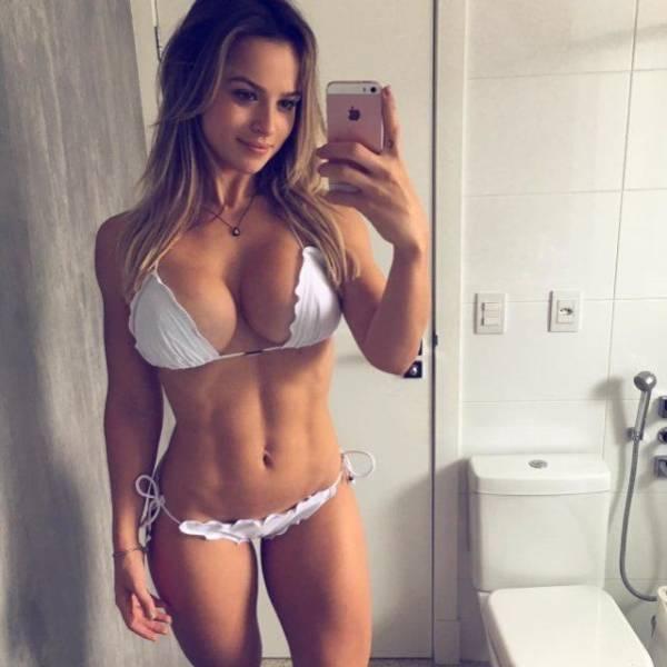 Hot Girls Taking Mirror Selfies (37 pics)