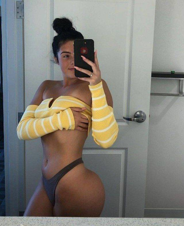 Hot Girls Taking Mirror Selfies (37 pics)