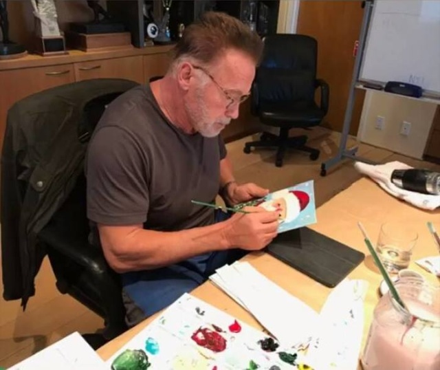 Arnold Schwarzenegger Makes Christmas Cards (3 pics)