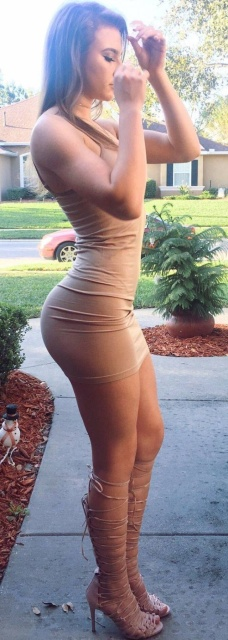 Girls In Tight Dresses (51 pics)