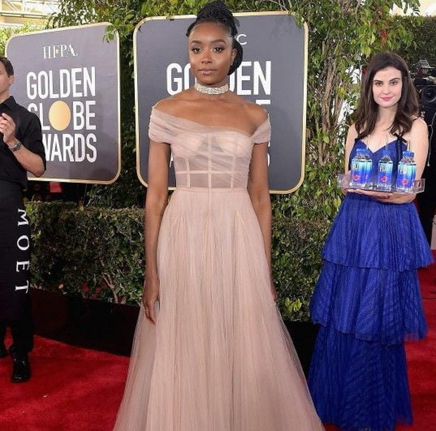 This Girl Was Photobombing Golden Globe Guests (11 pics)