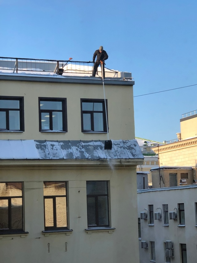 Snow Removal From Roofs In Russia (3 pics)