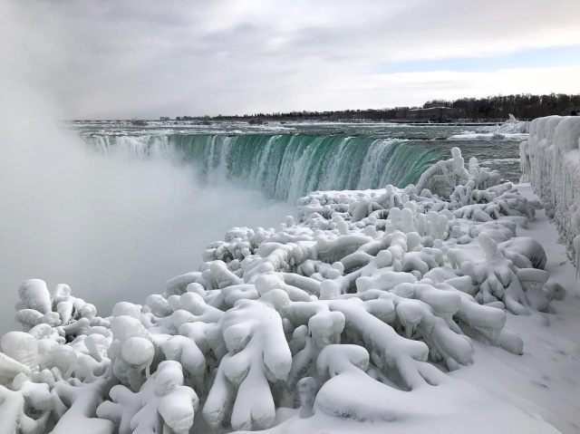 Waters at Niagara Falls Have Frozen (7 pics)