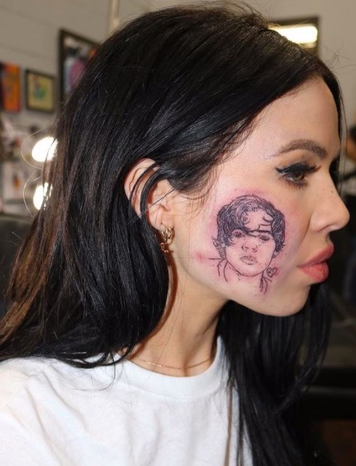 Singer Kelsy Karter Got A Tattoo Of Harry Styles On Her Face (3 pics)