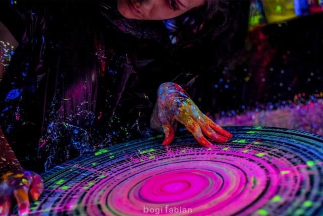 A Hypnotizing Potter's Wheel Under Ultraviolet Light (19 pics)