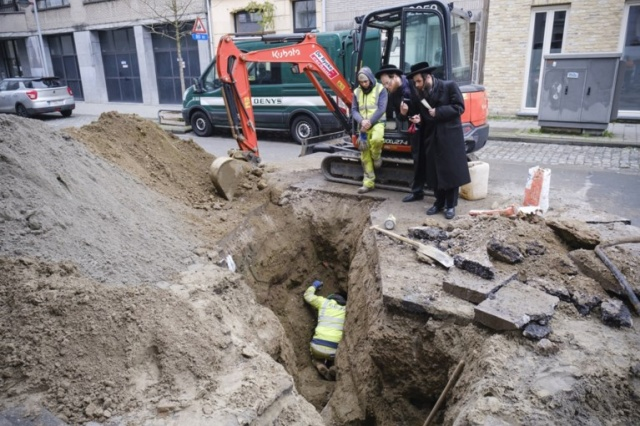 In Antwerp, Thieves Got Into The Bank From The Sewer (10 pics)