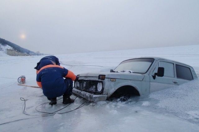 Russian Lake Baikal Is A Tough Place For Cars (25 pics)
