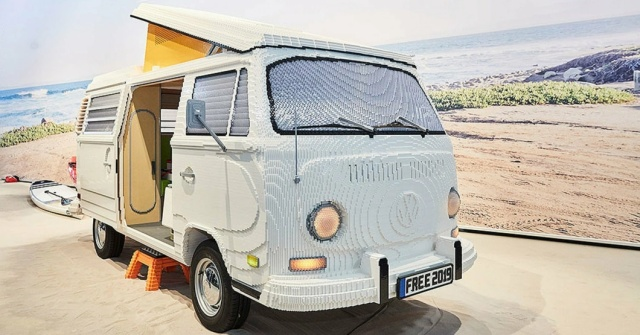 Volkswagen T2 Hippie Van From 400,000 Lego Parts (6 pics)