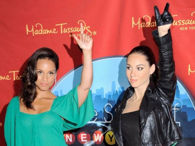Can You Guess Where Are The Celebs And Where Are Their Wax Figures? (30 pics)