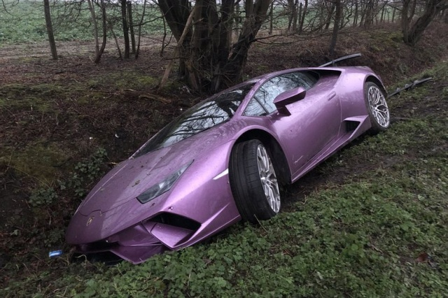 A Crypto Millionaire Left His Crashed Lamborghini In Ditch And Took A Taxi To Office (7 pics)