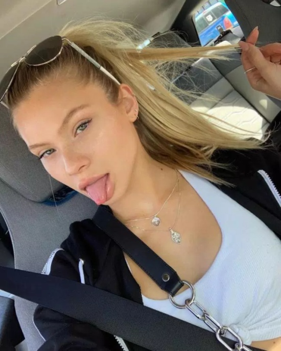 Hot Girls With Tongues Out (28 pics)