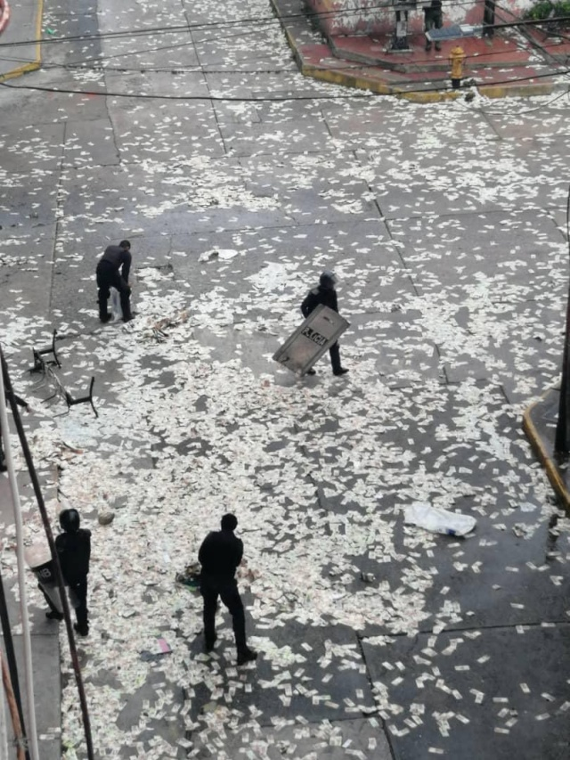In Venezuela, People Looted A Bank And Then Burned The Money To Show It Was Worthless (4 pics)