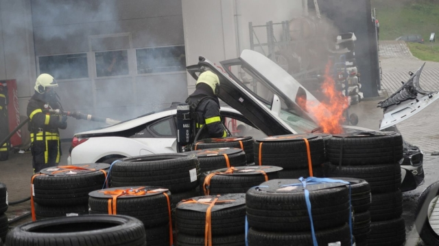 This How Dutch Firefighters Put Out The Fire Of BMW i8 (4 pics)