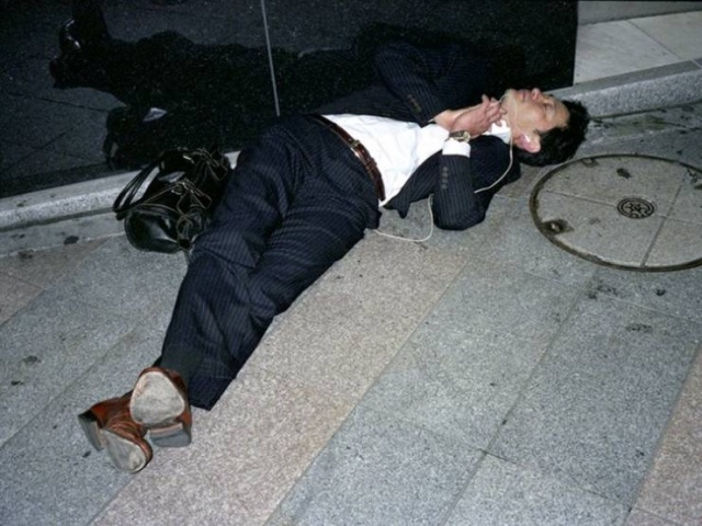Japanese Businessmen Sleeping On The Streets Are A Testament To Japan's Strict Work Culture (30 pics)