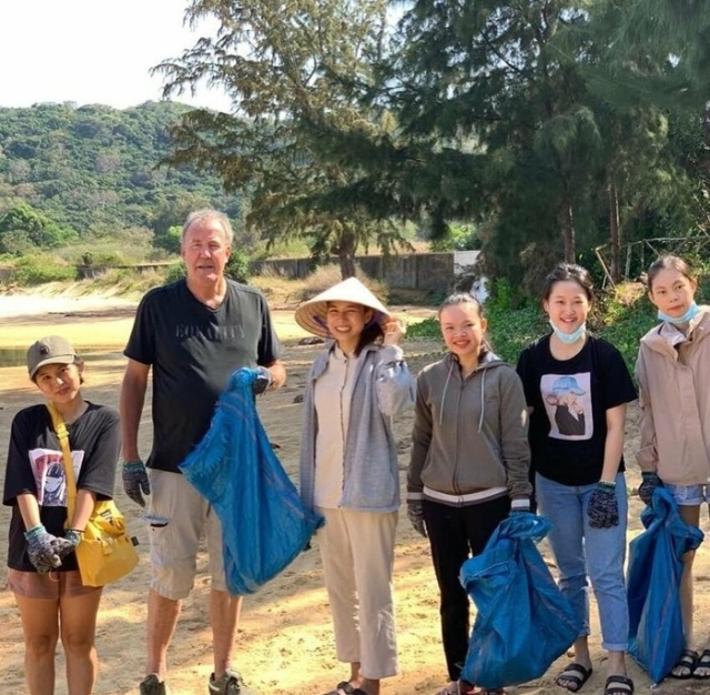 Jeremy Clarkson, During A Break In The Filming Of The Grand Tour, Helps To Clean Up Trash In Vietnam (3 pics)