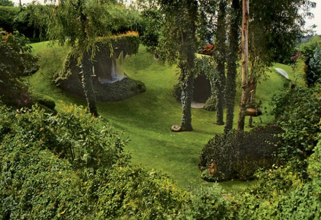 Awesome Hobbit House (26 pics)