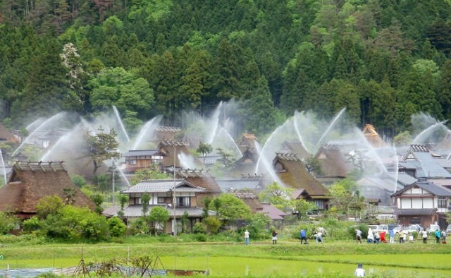 Ingenious Sprinkler System Turns Entire Japanese Hamlet into a Water Fountain (5 pics)