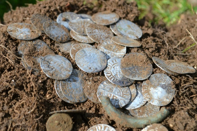Friends Find 14th Century Coins Using Metal Detectors (8 pics)