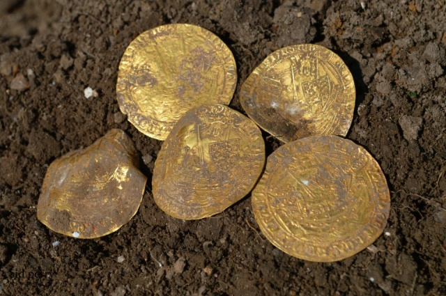 Friends Find 14th Century Coins Using Metal Detectors (8 pics)