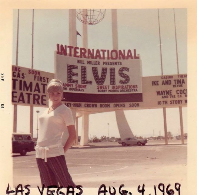 People Posing With Signs Many Years Ago (37 pics)