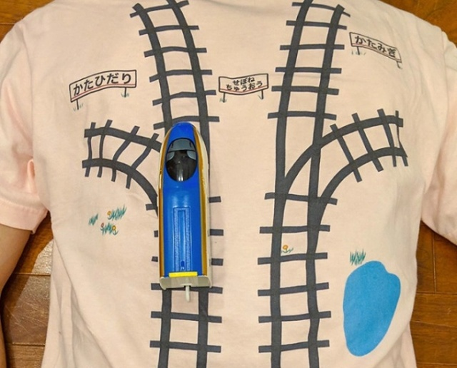 Japanese Dad Designs A T-Shirt With A Train Track So His Son Would Give Him A Massage While Playing (5 pics)